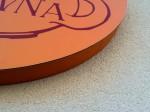 Digitální tisk nalepený na sendvičovou desku a přilepený na kruhovou část loga