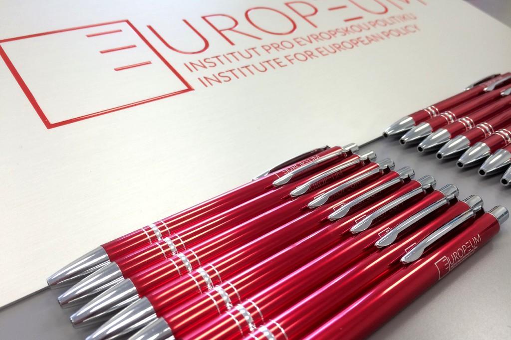 Výroba gravírované cedulky do hliníku a zabarvení grafiky + 1000 reklamních propisek s laserovým potiskem.